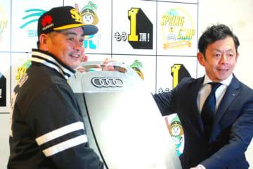贈呈式に出席したソフトバンク・工藤監督(左)【写真:藤浦一都】
