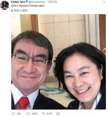 河野外相(左)がツイッターに投稿した、中国外務省の華春瑩副報道局長との写真(共同)