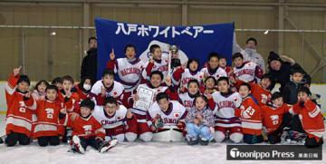 Aグループで優勝し喜ぶ八戸ホワイトベアの選手たち=28日午後、八戸市田名部記念アリーナ