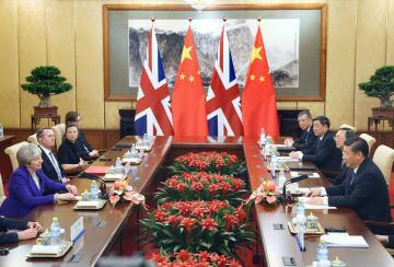 北京の釣魚台迎賓館で会談する英国のメイ首相(左端)と中国の習近平国家主席(右端)=1日(共同)