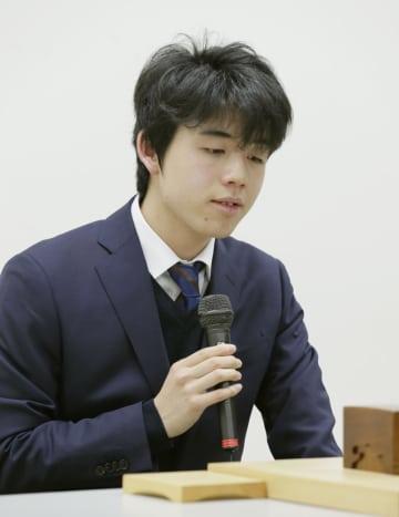 中学生初の五段昇段を決め、インタビューに答える藤井聡太棋士=1日夜、東京都渋谷区の将棋会館