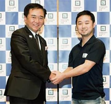 黒岩知事と握手を交わす山崎さん