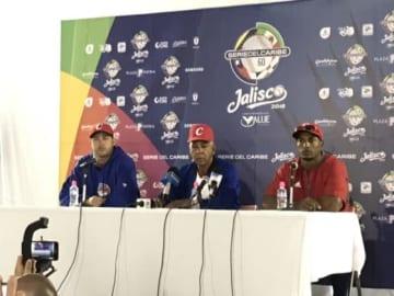 記者会見に出席した(左から)キューバ代表のブランコ投手、マルティ監督、グラシアル内野手【写真:福岡吉央】