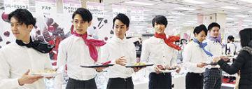 バレンタイン特設会場のオープン初日に、試食チョコを配る「ハマチョコレンジャー」