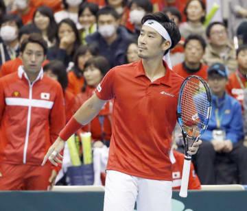 シングルスでポイントを奪われ、さえない表情の杉田祐一。試合に敗れ、日本は8強入りを逃した=盛岡タカヤアリーナ