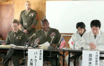 事前説明会で質問に答える在沖縄米軍のリロイ・バトラー中佐(右)=4日、陸上自衛隊日出生台演習場