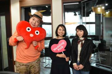 菊地亜希さん(中央)と、鈴木おさむ(左)と、AKINA