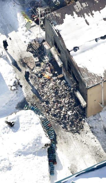 火災があった共同住宅「そしあるハイム」の物置にあった大量のポリタンク(画面下)=1日、札幌市東区(共同通信社ヘリから)