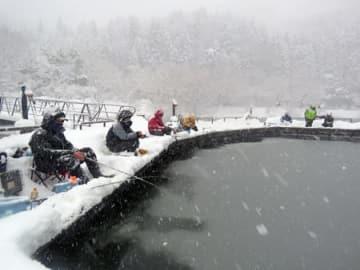 雪景色の中、ワカサギを釣る人たち(長浜市余呉町下余呉・江土桟橋)