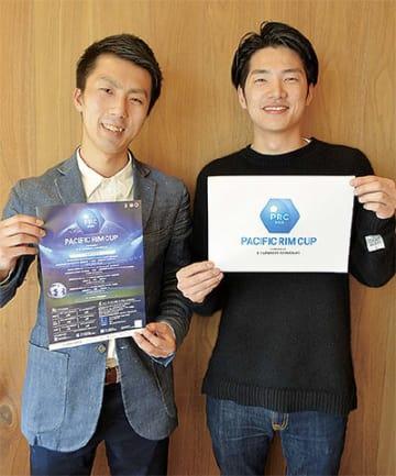 ポスターを持つ山本さん(左)とロゴを持つ平松さん
