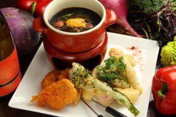 生ウニを浮かべた「黒い」チーズフォンデュ~三浦野菜と古白鶏の天麩羅~
