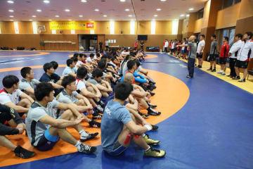 練習前に選手を激励する栄和人強化本部長