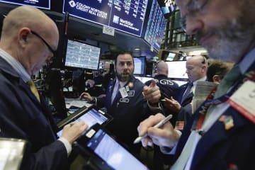 ニューヨーク証券取引所のトレーダーたち=7日(AP=共同)
