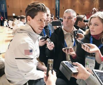 8日、平昌で記者の取材に応じるスノーボード男子ハーフパイプのショーン・ホワイト(共同)