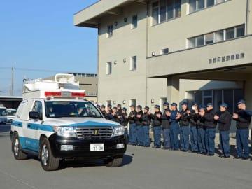 大雪被害が続く福井県に向け出発する府警広域緊急援助隊(8日午前8時半、京都市伏見区・府警察学校)