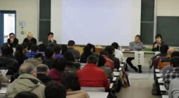 「激突!保守VSリベラル」。講師の(左から)和田秀樹さん、津田大介さん、ケント・ギルバートさん、岡本行夫さんとモデレーターの奥谷礼子さん