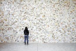 「LOST&FOUND」プロジェクトの展示。損傷の激しい無数の写真が展示されている=2012年3月、米ロサンゼルス(高橋さん提供)