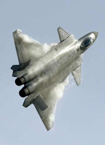 中国の次世代ステルス戦闘機「殲20」=2016年11月、中国広東省珠海市(共同)