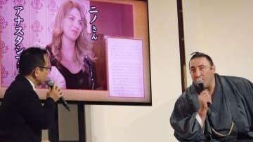 ニノ夫人の写真をバックにトークショーに臨む大相撲の幕内栃ノ心(右)=10日午後、東京・両国国技館