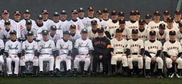 巨人とホークスのOB戦を前に記念撮影する両チームの選手と監督=10日午後、宮崎市・KIRISHIMAサンマリンスタジアム宮崎