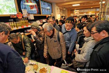 県内各地から集まった地酒やジュースの試飲も行われ大にぎわいとなった「北プレ」のフェア会場=10日午前