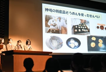 学習の成果を壇上で発表する生徒たち=神埼市中央公民館