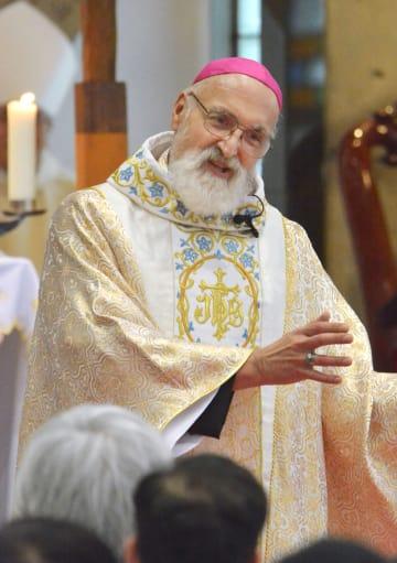 カトリック教会那覇教区の司教に就任し、信者らにあいさつするウェイン・バーント氏=12日午後、那覇市