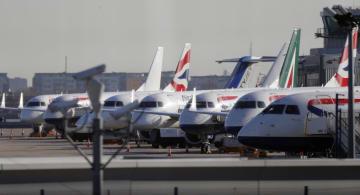 空港閉鎖により駐機場に並ぶ航空機=12日、ロンドン(AP=共同)