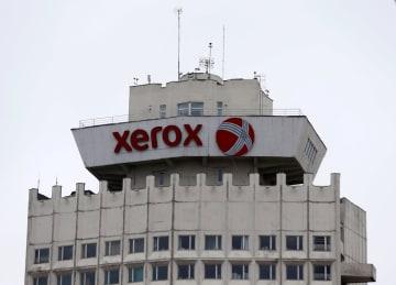 ビルの屋上に掲げられた米ゼロックスのロゴ=2016年、ミンスク(ロイター=共同)