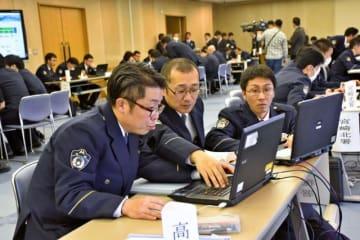 増加するサイバー犯罪の対処能力を向上しようと競技会に挑む警察官=14日午後、県警本部
