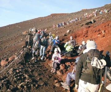 登山者で混雑する富士山9合目付近=2017年8月(山梨県提供)