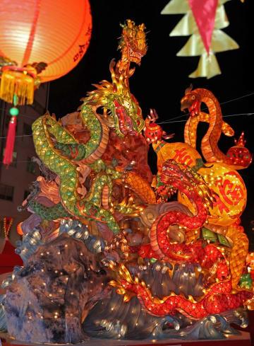 試験点灯した長崎ランタンフェスティバルのオブジェ=長崎市賑町