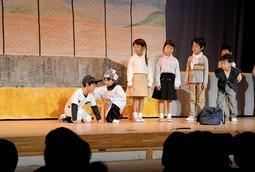 高校の県大会で敗れた星野仙一さんを慰める場面を演じる園児=姫路市豊富町豊富