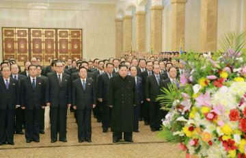 16日、北朝鮮の故金正日総書記らの遺体が安置されている平壌・クムスサン太陽宮殿を訪問した金正恩朝鮮労働党委員長(左から5人目)。労働新聞が同日掲載した(コリアメディア提供・共同)
