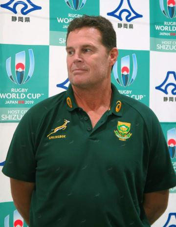 静岡スタジアムを視察後、取材に応じる南アフリカ代表のラグビーディレクターのヨハン・エラスムス氏=16日、静岡県袋井市