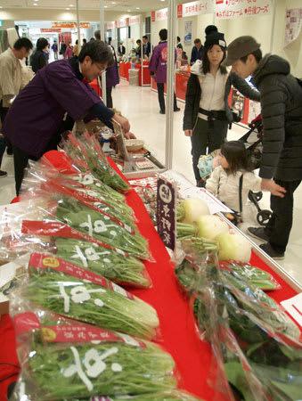 京野菜をはじめ京都の産品を買い求める来場者たち(東京都豊島区・池袋サンシャインシティ)