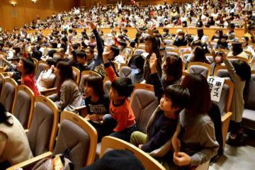 入学予定の子どもが小学校生活について学んだ「2018ご入学おめでとう大会」=17日午後、宮崎市・メディキット県民文化センター