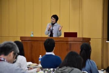 発達障害の子どもなどへの支援の在り方を説く日野久美子・佐賀大大学院教授=17日午後、宮崎市の県教育研修センター