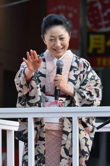 ランナーたちを笑顔で見送る石川さゆりさん=18日、熊本市中央区(高見伸)