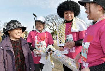 祖母の藤本キヨ子さん(左)からねぎらいを受ける(右から)中村美紀さん、泰裕さん、静香さん3きょうだい=18日、熊本市中央区の二の丸広場(谷川剛)