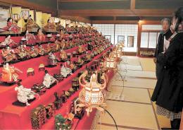 多彩なひな人形が並んだ特製の七段飾り