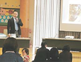 乳幼児の事故防止を説明する鈴木氏