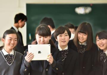初めてのドローンプログラミング授業で、iPadからの指令によってドローンが飛行する姿に生徒から笑顔がこぼれた=2月14日、埼玉県本庄市の本庄第一中学校