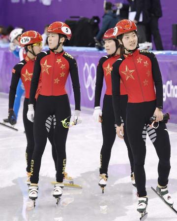 ショートトラック女子3000メートルリレー決勝で失格となり、ぼうぜんとした表情を見せる中国チーム=20日、韓国・江陵(共同)