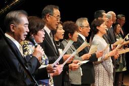 「あの素晴らしい愛をもう一度」を桂文枝さん(左端)と合唱する実行委員=小野市うるおい交流館エクラ