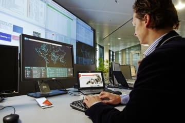 RPSではリアルタイムにドローンの位置や速度をモニタする。 画像はVodafone Global Security Operation Centerのイメージ。