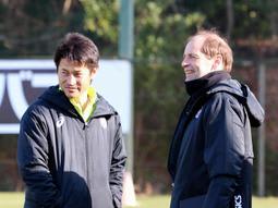 深い信頼関係で結ばれている神戸の吉田監督(左)とエンゲルスヘッドコーチ=神戸市西区、いぶきの森球技場