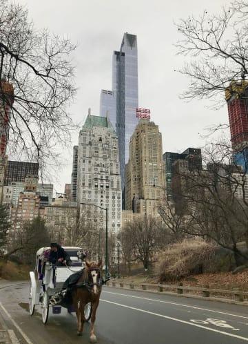 マイケル・デル氏が購入した住居が入る高層ビル(中央の最も高い建物)=22日、ニューヨーク(共同)