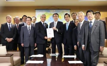 岸田政調会長(中央)に全線フルを求める要望書を手渡す中村知事=自民党本部