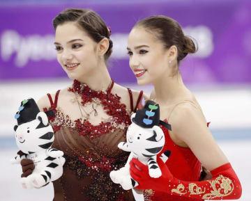 金メダルを獲得したザギトワ(右)と、銀メダルのメドベージェワ=江陵(共同)